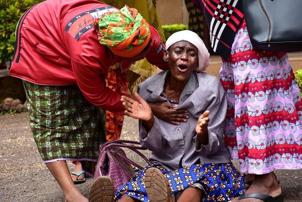 Mwanamke huyu akihuzunishwa na kifo cha mjukuu wake, aliyefariki katika kisa cha kukanyagana kilichotokea Jumamosi katika kanisa la Pentikoste, huko Moshi, Tanzania, Jumamosi.