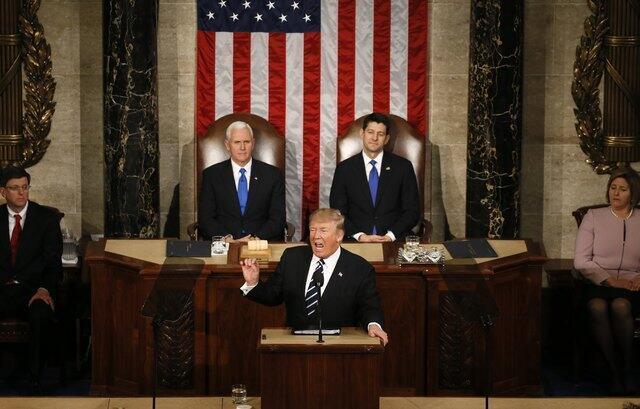 Tân tổng thống Mỹ Donald Trump phát biểu trước Quốc Hội lưỡng viện, phía sau là phó tổng thống Mike Pence (trái) và chủ tịch Hạ Viện Paul Ryan, 28/02/2017.