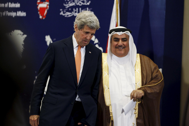 Le secrétaire d'Etat américain John Kerry et le ministre des Affaires étrangères de Bahreïn, Sheikh Khalid bin Ahmed al-Khalifa, à Manama, le 7 avril 2016