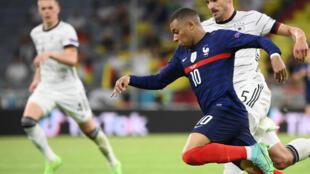 El atacante francés Kylian Mbappé, marcado por el defensa alemán Mats Hummels durante el partido que Francia ganó 1-0 a Alemania por el grupo F de la Eurocopa, en el Allianz Arena de Múnich el 15 de junio de 2021