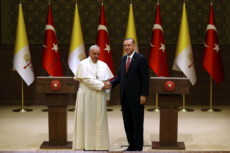 Tổng thống Thổ Nhĩ Kỳ Tayyip Erdogan nghênh tiếp Đức Giáo hoàng Phanxicô - Reuters