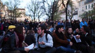 """Participantes del movimiento """"Nuit debout"""", """"noche despierta"""", en Marsella, el 9 abril de 2016."""