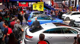 Des militants de Greenpeace juchés sur des voitures exposées au salon international de l'automobile de Francfort (IAA). Ils protestent contre le réchauffement climatique lors de la visite d' Angela Merkel à Francfort en Allemagne. le 12/09/2019