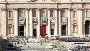Los retratos de los cinco nuevos santos durante la celebración de canonización, Basílica de San Pedro, 13 de octubre 2019.