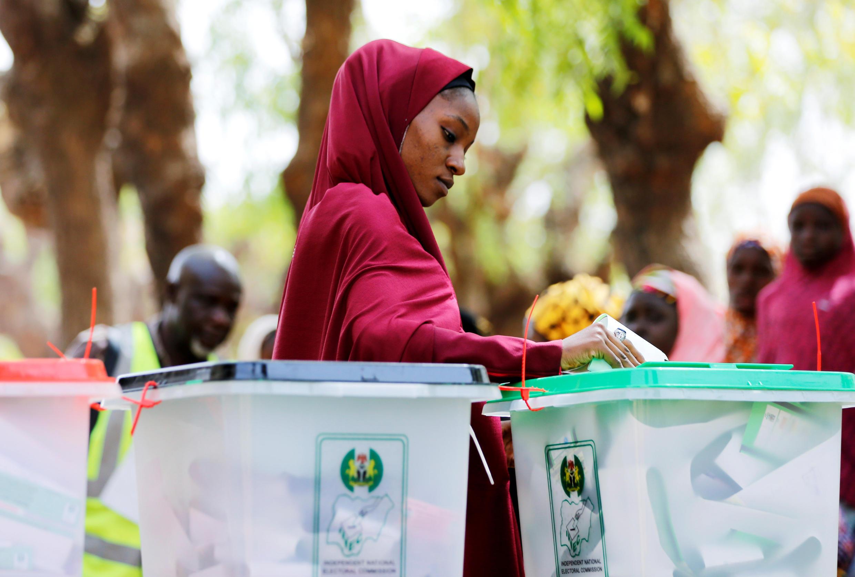 Une Nigériane vote pour les élections générales, le 23 février 2019 à Kazaure, dans l'Etat de Jigawa, dans le nord du pays.