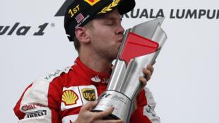 Sebastian Vettel com o troféu de vencedor do GP da Malásia. (29/03)