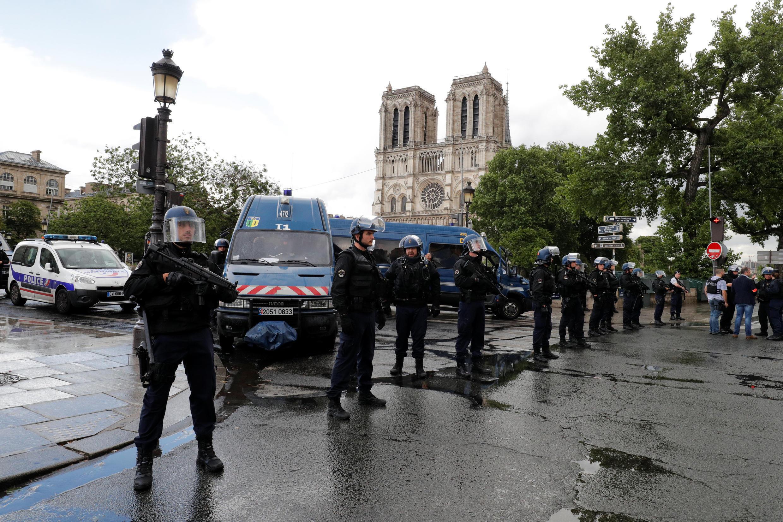 Jami'an tsaron Faransa cikin shiri a harabar mujami'ar Notre Dame a birnin Paris.