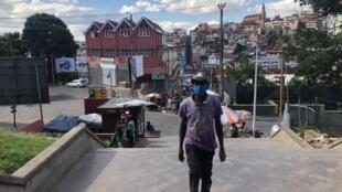 Les autorités malgaches ont décidé de rendre obligatoire le port du masque pour les habitants de la capitale Antananarivo et des villes en confinement partiel touchées par le Covid-19.