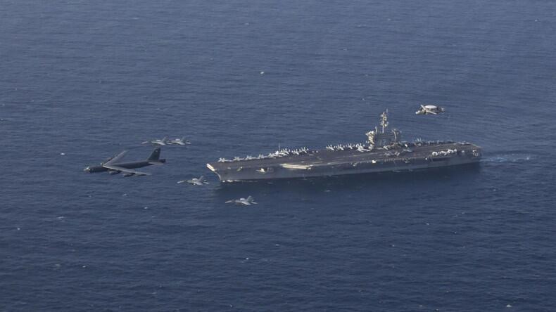 ناو هواپیمابر و هواپیماهای و جنگنده های آمریکا در خلیج فارس در حریان یک رزمایش