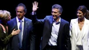 Le candidat de l'alliance Cambiemos, Mauricio Macri (2e à droite) et son épouse, à côté du candidat du Front pour la Victoire (FPV) Daniel Scioli et sa femme, à la fin du débat télévisé le 15 novembre 2015.