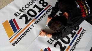 Funcionário prepara faixas das eleições presidenciais da Colômbia, Bogotá (26 de maio de 2018)