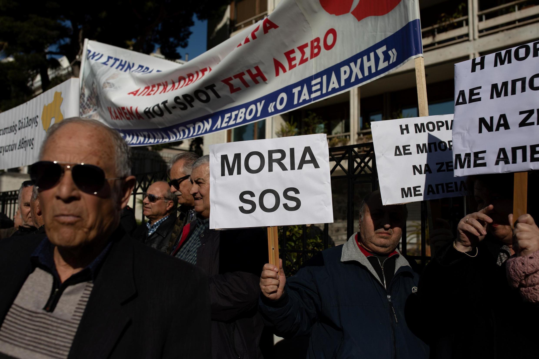 Des habitants des îles de la mer Égée protestent contre la constructions de nouveaux camps de réfugiés à Athènes le 13 février 2020.