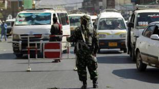 Soldado patrulha cercanias da embaixada iraniana em Sanaa, capital iemenita