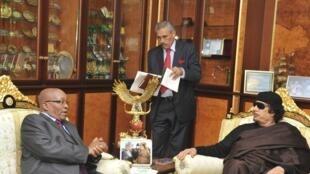 O   Presidente sul-africano, Jacob Zuma  com o coronel Kadhafi