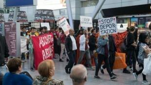 تظاهرات اعتراضی بر ضد بیرون راندن پناهجویان افغان از آلمان در فرودگاه دوسلدورف. ١٢ سپتامبر ٢٠۱٧