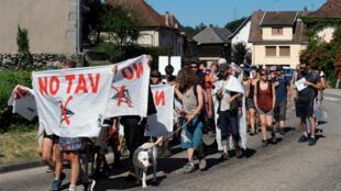 Lors d'une marche No TAV, côté français, le 30 juin 2015 près de Chambéry.