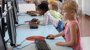 As crianças francesas passam horas conectadas na internet.