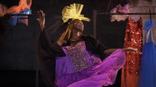 Le Bal du Cercle, une création de la Sénégalaise Fatou Cissé au Cloître des Carmes, Festival d'Avignon 2015.