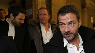 Former trader Jerome Kerviel (R) and his lawyers walk inside the courthouse in Paris, France, January 18, 2016. Kerviel was convicted in 2008 after losing Societe Generale 4.9 billion euros ($6.4 billion) with a pileup of trades that went wrong