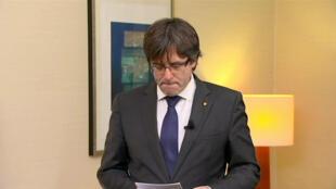 """Imagem de vídeo de Carles Puigdemont em que ele lê um texto sobre  """"O governo legítimo da Catalunha"""", após saber da ordem de prisão emitida por juíza espanhola em 3 de novembro de 2017."""