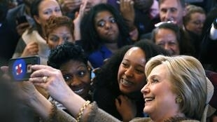 Uwargida Hillary Clinton ta na amsa gaisuwa daga jama'a