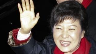 Bà Park Geun Hye vẫy chào những người ủng hộ tại Seoul ngày 19/12/2012.