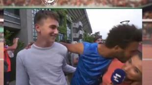 Le tennisman Maxime Hamou tente à plusieurs reprises d'embrasser de force la journaliste d'Eurosport, Maly Thomas.