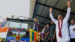 Le président Mahinda Rajapakse a inauguré la reprise de la ligne de chemin de fer reliant la capitale Colombo à la ville de Jaffna, dans le nord, le 13 octobre 2014.