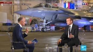 امانوئل ماکرون در جریان مصاحبه با خبرنگار شبکۀ یک فرانسه بر روی ناو هواپیمابر شارل دوگُل