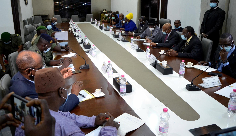 La délégation de la Cédéao face aux leaders de la junte malienne, à Bamako, le 22 août.