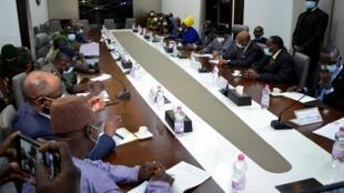 La délégation de la Cédéao face aux leaders de la junte malienne, à Bamako, le 22 août 2020.