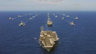 图为美国航母里根号战斗群