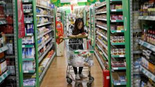 (Ảnh minh hoạ) Một khách hàng bên trong siêu thị Jenny Lou's tại Bắc Kinh, Trung Quốc, ngày 29/06/2018.