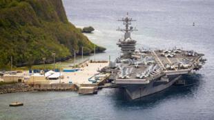 El portaaviones USS Theodore Roosevelt, atracado en Guam en mayo de 2020