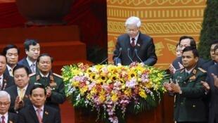 Tổng bí thư Nguyễn Phú Trọng (giữa) kết thúc Đại hội Đảng 12. Ảnh ngày 28/01/2016.