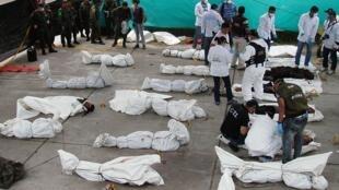 La police colombienne inspecte les corps des membres présumés des FARC à Puerto Asis, le 19 septembre 2010.