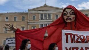 Des comédiens manifestent devant le Parlement grec, le 7 mai 2020.