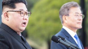 Kim Jong-un (g.) et Moon Jae-in lors du sommet inter-coréen historique du 27 avril 2018. La décision de Trump torpille les efforts du président sud-coréen.