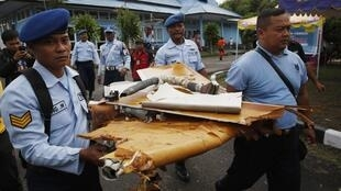 Militares da Indonésia carregam destroços do Airbus da AirAsia que caiu domingo passado no mar de Java