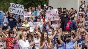 Đông đảo người dân vùng Khabarovsk, Viễn Đông Nga, xuống đường phản đối vụ bắt giữ thống đốc Sergei Fourgal, bị cáo buộc tổ chức các vụ ám sát. Ngày 11/07/2020.