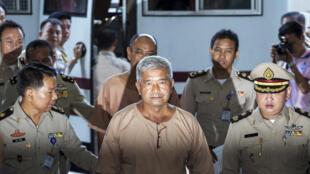 Tướng Thái Lan Manas Kongpan (G) bị tình nghi là nhân vật chủ chốt trong mạng lưới buôn người, lúc ra trước tòa ngày 10/11/2015.