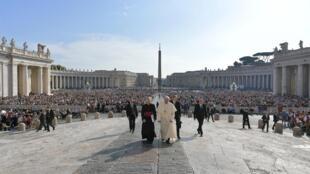 O Papa Francisco chega para a audiência geral semanária no Vaticano, em 2 de outubro de 2019.