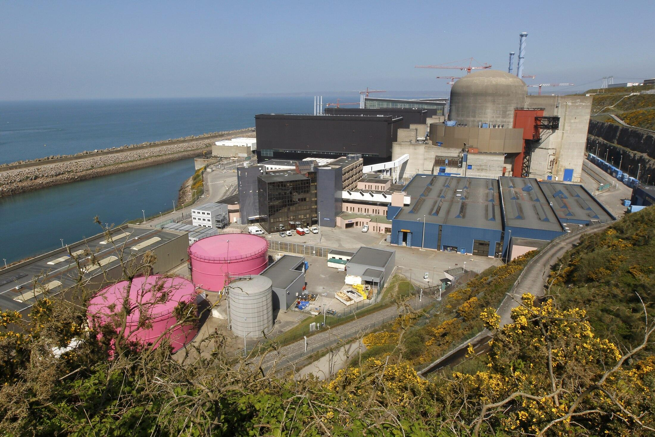 General view of the operating power plant in Flamanville, 2011