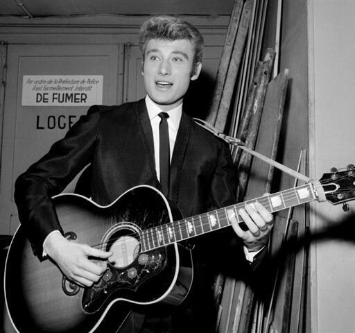 Johnny Hallyday sau sàn diễn ở Olympia, Paris ngày 06/02/1964.