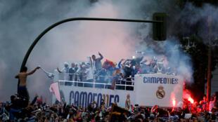 Real Madrid desfila em carro aberto com taça da Liga dos Campeões.