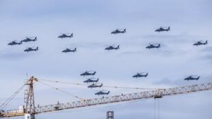 Trực thăng bay theo đội hình trên bầu trời Bắc Kinh, chuẩn bị lễ kỷ niệm kết thúc Đệ nhị Thế chiến, 12/06/2015.