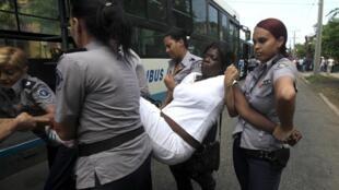 Một thành viên phong trào Phụ nữ Áo trắng bị bắt giữ tại La Habana, 13/09/2015.