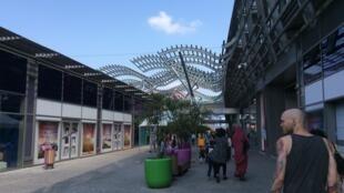 Vaulx-en-Velin, centre commercial du Carré de soie.