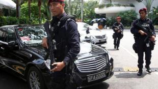 (Photo d'illustration) Des policiers singapouriens patrouilles aux abords de l'hôtel Shang-ri La, en marge du sommet international sur la sécurité, le 30 mai 2014.