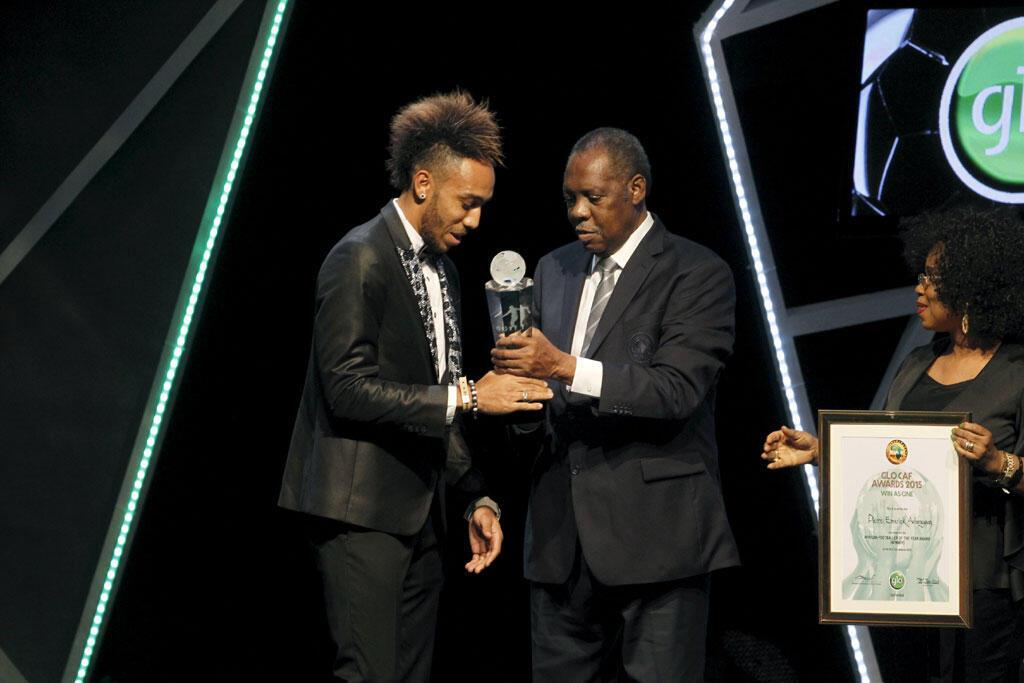 Pierre-Emerick Aubameyang reçoit la Confédération Africaine de Football ( CAF ), prix pour le meilleur joueur africain de l'année de la FIFA, le 7 janvier 2016.
